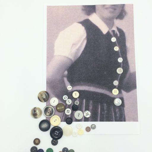 Mater Nostra Corinne Vorwerk Smaal Artwork 2 knopen op kleding 1